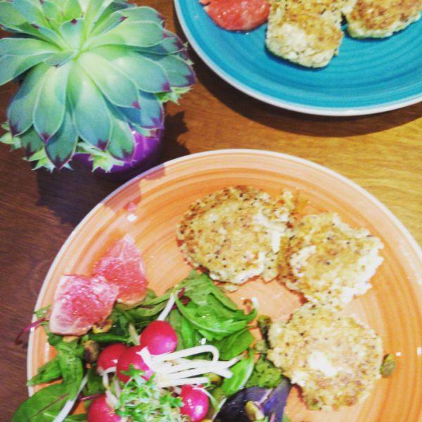 Quinoaburgertjes met agrum slaatje #radijs #rodepompelmoes #soja #quinoa #feta #bloemkool