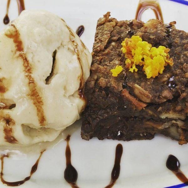 Een van onze vegan suggestie dessertjes: zoete aardappelbrownie met cashewnotenboter en een bolletje soja-ijs!